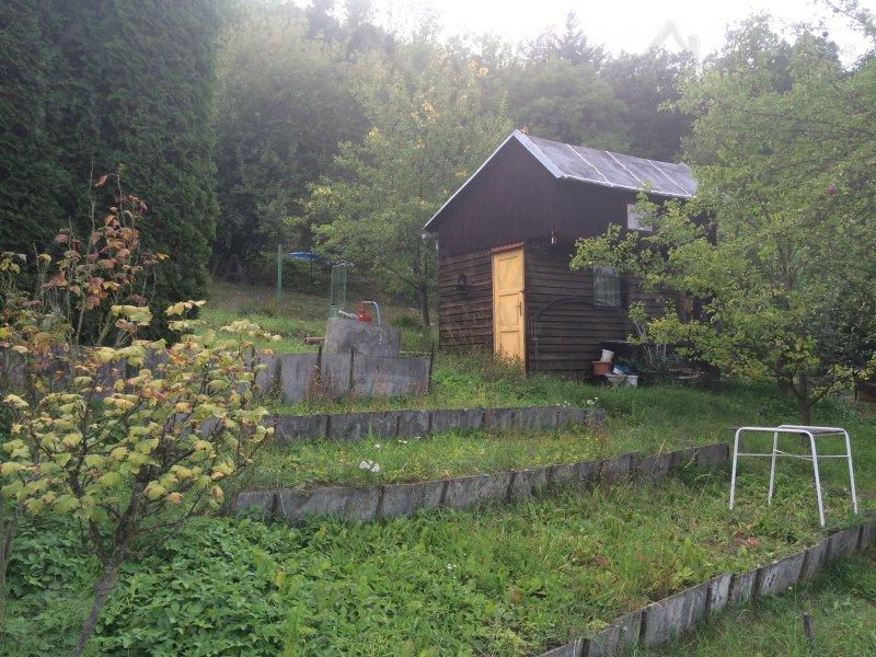 Nabízíme chatu v Blansku na jeho okraji s krásným výhledem, zastavěná pl. 9 m2, elektřina na hranici, studna, zahrada 279 m2 |  | Blansko