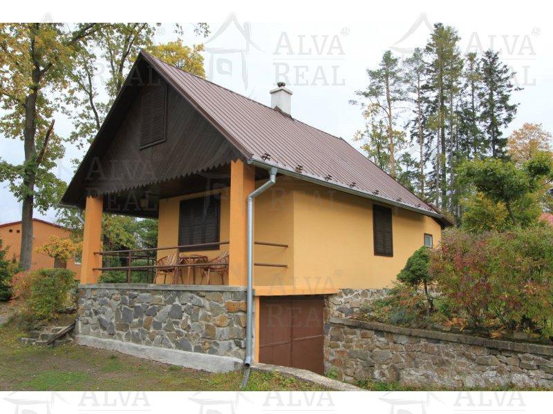 Chata 4+1 v Jedovnicích, zastavěná plocha 61 m2, obytné podkroví, voda, elektřina.
