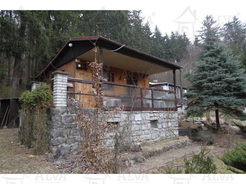Chata1+1 s verandou, garáží a okrasnou zahradou v Ochozi u Brna u lesa. Vl. pozemek 585 m2, elektřina.