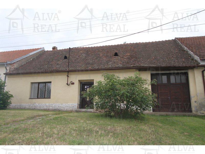 RD k rekonstrukci, v Ivani 3+1, se zahradou - 432 m2, nemovitost je napojena na vodu, kanalizaci, elektřinu,vytápění tuhá paliva