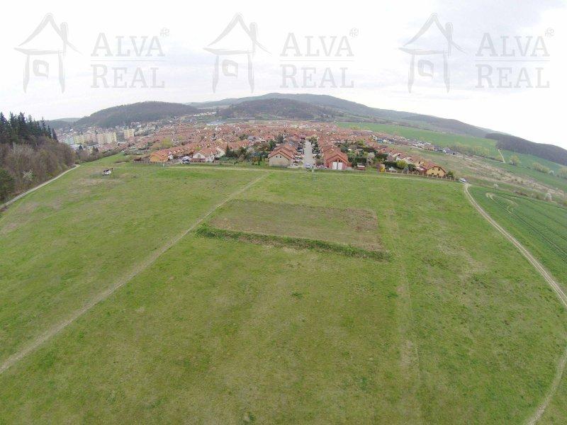 Dva stavební pozemky 596 m2 a 616 m2 v Kuřimi, prodloužení ulice Červenáčkova, krásné místo u lesa.