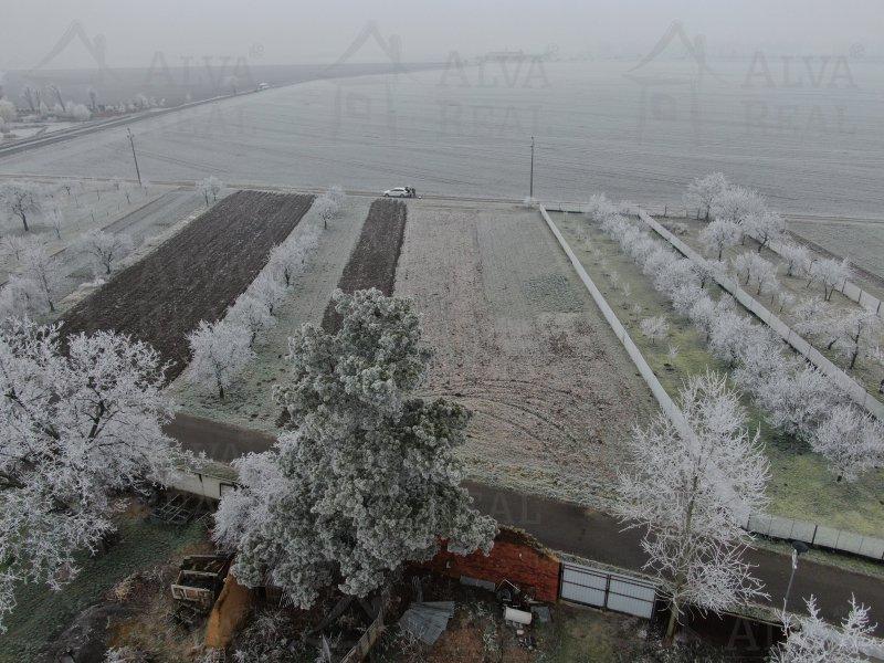 Pozemek v Ivani u Prostějova 1633 m2 určený jako soukromá zeleň, elektřina a voda je u pozemku.