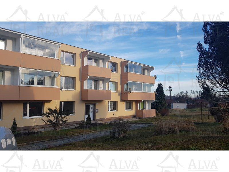 Byt v OV 1+1, 30,70 m2 s proskleným balkonem ve 2. patře, ÚT plyn - vlastní kotel, krásný výhled, orientace na jižní stranu.