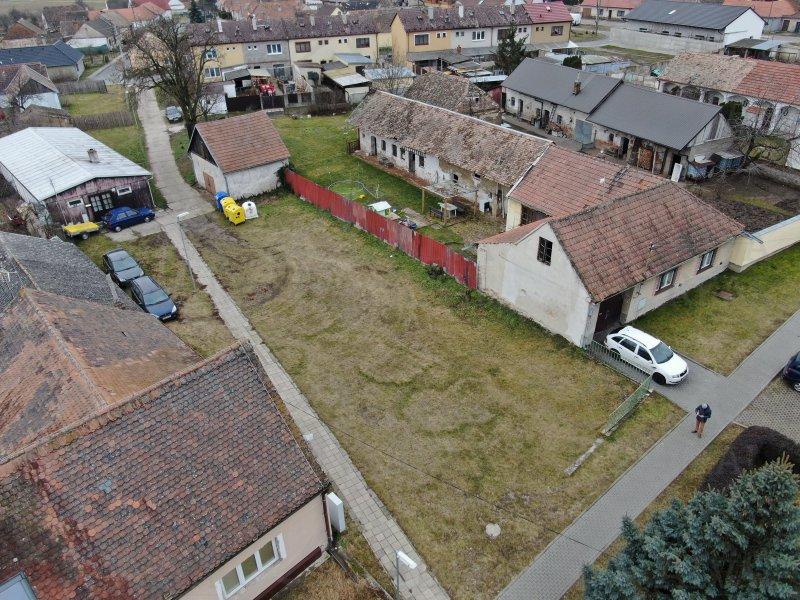 Pozemek v obci Mackovice 301 m2. Pozemek je územním plánem určen pro bydlení. Sítě jsou na hranici nebo na pozemku.