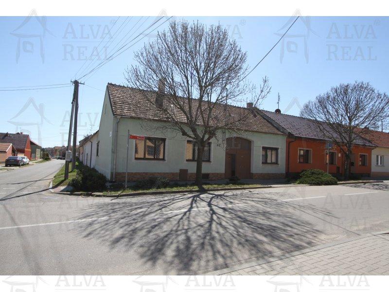 Rodinný dům v Hruškách se navazujícím stavebním pozemkem, pozemek celkem 868 m2. |  | Hrušky