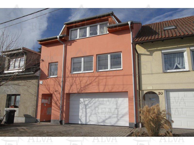 Rodinný/bytový dům se třemi byty 1+kk, 2+1 a 2+kk, dvougaráž, dvůr. Novostavba z roku 2012. |  | Rajhradice