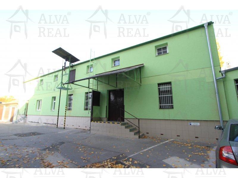 Temperované, skladové prostory v centru města, ul. Štěpánská. 56 m2. Uzavřený areál, možnost vjezdu nákladních aut typu AVIA.