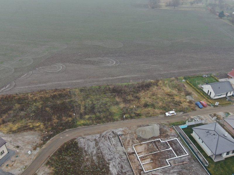 Připravený pozemek o výměře 911 m2 k okamžité stavbě do se všemi sítěmi a stavebním povolením v Medlovicích u Vyškova. |  | Medlovice
