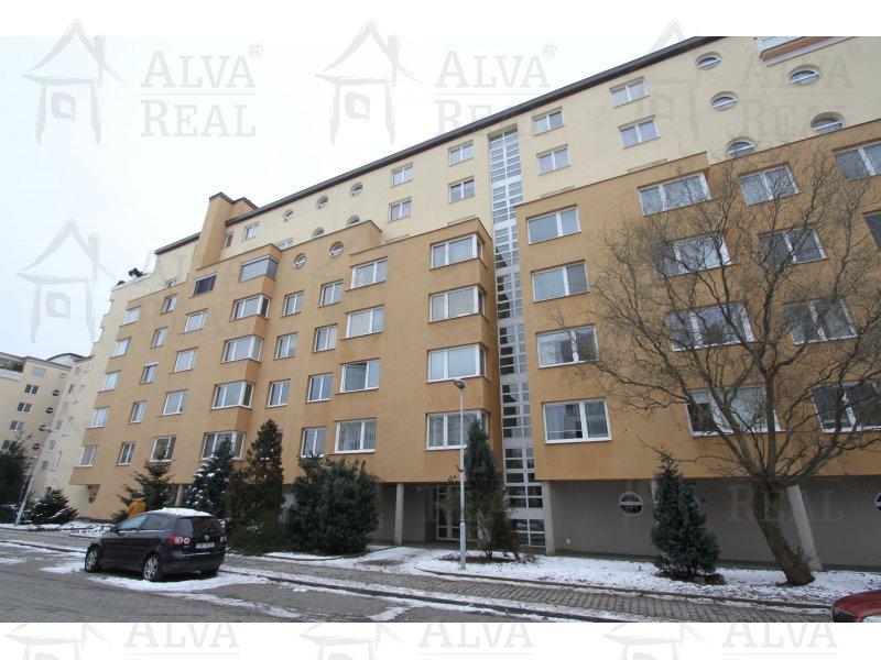 Družstevní byt 2+kk, 68 m2 ve 3. patře s prostornou lodžií 8 m2, orientace na jižní stranu.