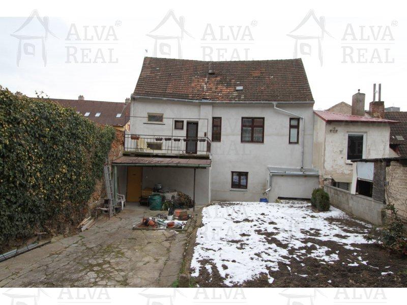 Rodinný dům se 2mi bytovými jednotkami 2(3)+1+ garáž a 4+1 v Třebíči s možností rozšíření o půdní prostor, pozemek 330 m2. |  | Třebíč