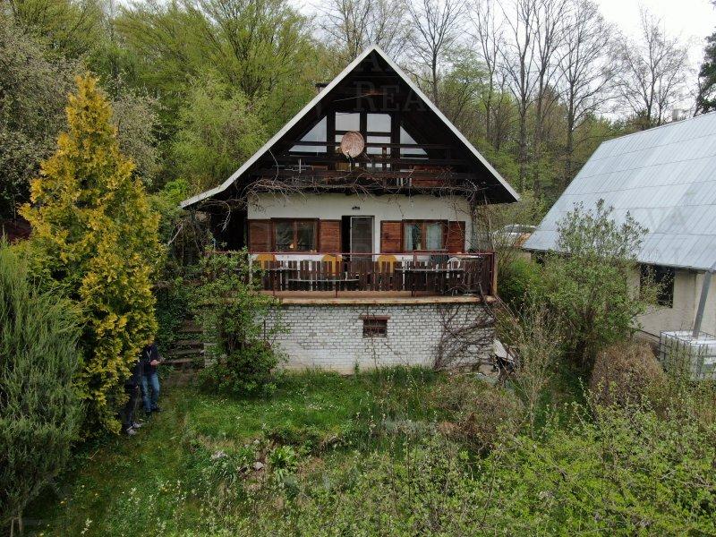 Nádherná chata nacházející se v obci Hvozdná, oblast Niva, u Hvozdenského rybníka, zast. plocha 55 m2, voda - studna, elektřina. |  | Hvozdná