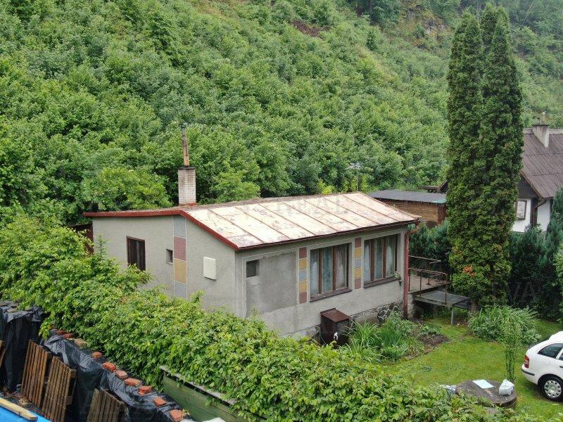 Nabízíme chatu 2+1 v obci Hlubočky, v okolí krásná příroda, lesy, celkový pozemek 387 m2, možnost bydlet celoročně.