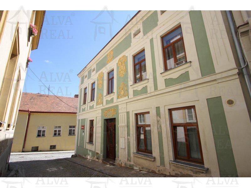 Bydlení v historické části města nedaleko hradeb. Nabízíme Vám unikátní nabídku podkrovního bytu 3+kk ve Znojmě, ul. Na Kopečku.