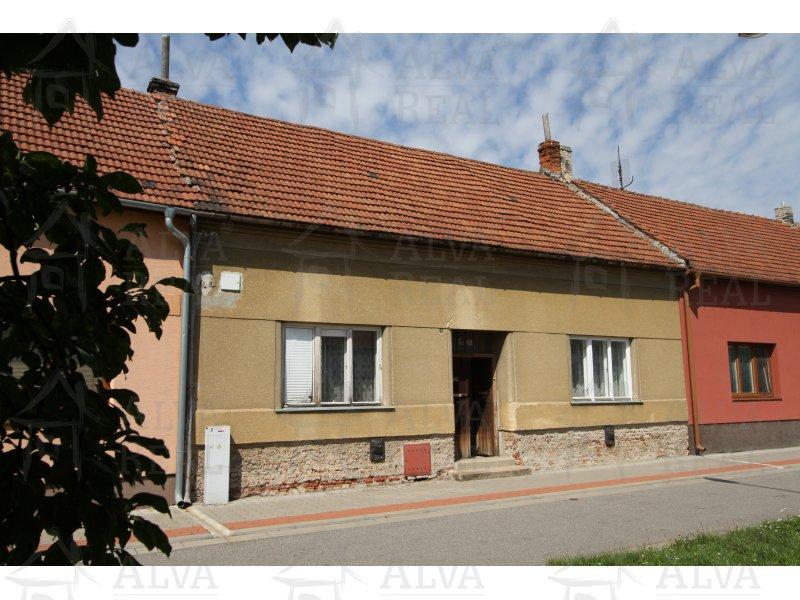 Řadový rodinný dům 3+1v Uherském Ostrohu k rekonstrukci, pozemek 207 m2, veškeré sítě v domě zaveden. |  | Uherský Ostroh